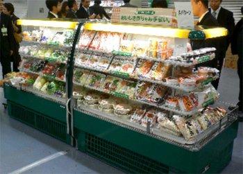 『ファミマフレッシュ』陳列什器 アイランド型ラウンドケース2台連結型(リリースより)。スーパーやデパートなどの生鮮食品を陳列するケースと同じようなものになるようだ。
