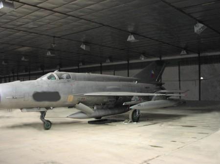 オークションにかけられたミグ21戦闘機。戦闘機とはいってもかなり古い世代のもので、かつ販売しているものは武装が解除されエンジンも取り外されたもの。