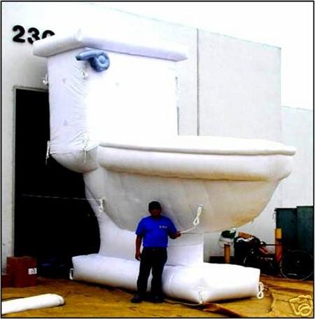 巨大なトイレの便器(風船製)。何に使うのだろうか……。