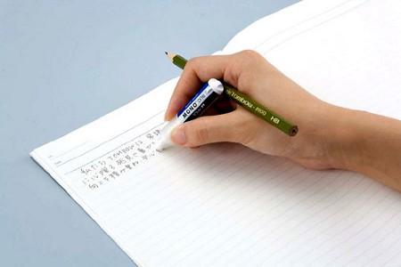 ホルダー消しゴム「MONO ONE(モノ・ワン)」。鉛筆を持ちながら使用しているシチュエーション。
