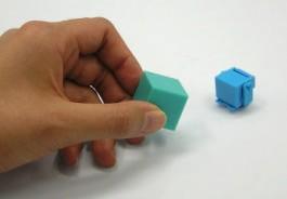 付属品のマグネット入りの箱を近づけると磁石の作用でスピードが速くなったり向きをコントロールすることができる。