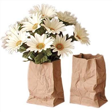 どこから見てもごく普通の紙袋。でもその実、花びんだったりする。