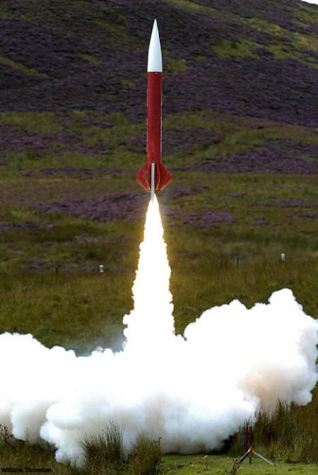 打ち上げられる素人ロケット「Corpulent Stump」