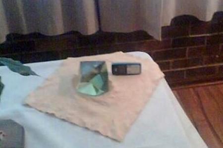 公開されたダイヤモンド原石(とされるもの)。右横に放置されているのは携帯電話で、大きさ比較のために配されたとのこと。