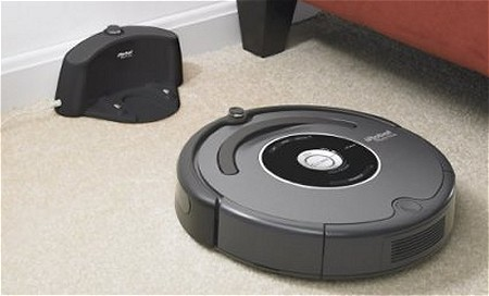 掃除が終わったら自動的に自分の「住み家」こと充電器に戻って充電を始める。賢さ満点。