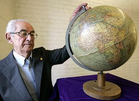 競売にかけられる「ヒトラーの地球儀」。中に秘密文書が隠されていて当時政権の財宝の在り処が……などということはない(笑)