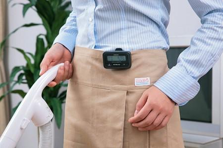 「オムロン活動量計Active style Pro HJA-350IT」の利用例。歩数計のように腰の部分に装着するだけでOK。