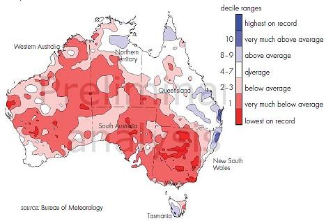 最新レポートによる8月から10月におけるオーストラリアの降水量。赤が少なく青が多い。白は平均並み。多くの地域で雨が少ないことが分かる。