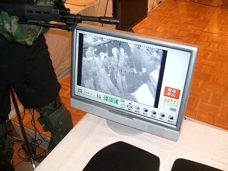 「視界機能を拡張するシステム」版を用いて、このように情報が確認できるという事例。モニタにカメラ越しの視界を映し出していた。赤外線による視界分析が可能とのこと。