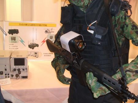 「視界機能を拡張するシステム」向けの小銃につけるカメラ・アタッチメント。照準機より大きい、かな。