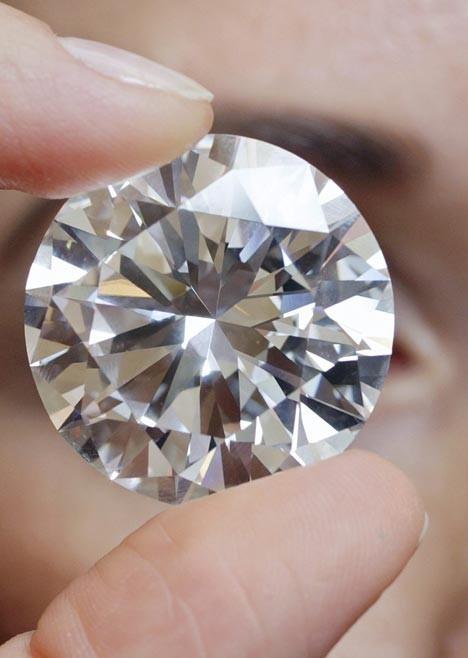 落札されたダイヤモンド(From DailMail)。ガラス球のイミテーションダイヤでもこの大きさはなかなか無いというのに……
