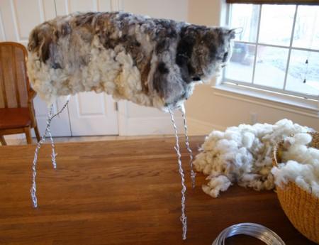 粘土細工のように針金でベースをつくり、そこに盛り付けていくような形でフェルトを足していく