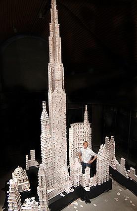世界新記録となった25フィート(7.62メートル)のトランプタワー。