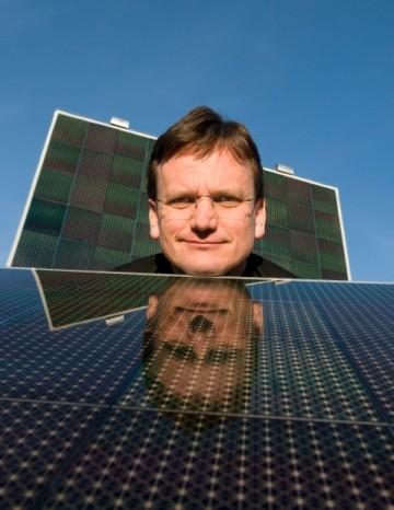 量産が始まった薄膜型太陽電池にあごを乗せるMartin Roscheisen氏