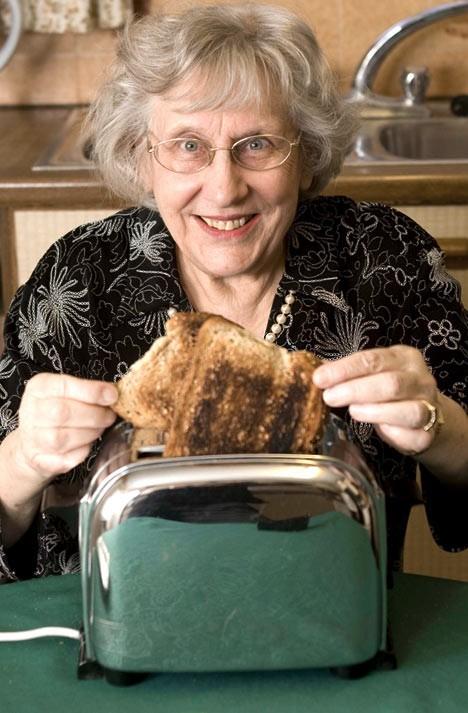 「自分が焼いた食パンの枚数など覚えていない」とでも語りそうな、56年物の現役トースターと持ち主のJoan Lopes嬢