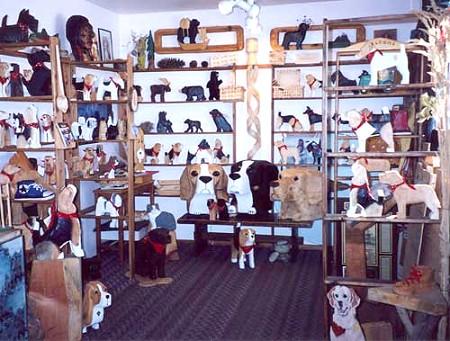 店の中にも木製のワンちゃんが山ほど。