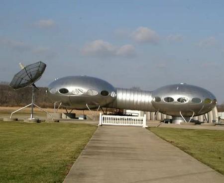 宇宙船な家。「MIB」の遊園地の飾りUFOのごとく、「本当はホンモノでした」とかいわれそう。
