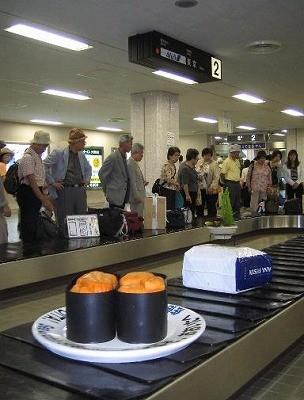 大分空港内のベルトコンベアで運ばれてくる「うに」と「車えび」。