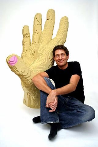 Nathan Sawaya氏とその作品。「マッドハンド」のような手も、もちろんレゴ製。