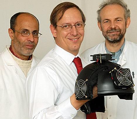 Gordon Dougal博士と研究チーム、そして「赤外線掃射ヘルメット」