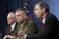 発表時の記者会見にてコメントする国防総省などのスタッフイメージ