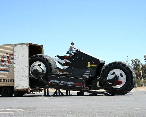 本文中では一般車道を走るようなことがコメントされているが、実際には大型トレーラーでこのように運ばれるようだ。……そりゃ実際にこんなバイクが走っていたら、アメリカあたりでは州軍の戦車が出動してくるかもしれない。