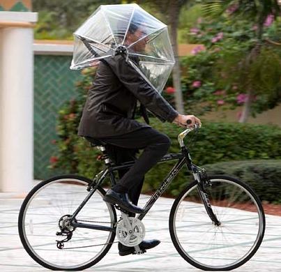 自転車を走らせる時も両手を使えるので安全