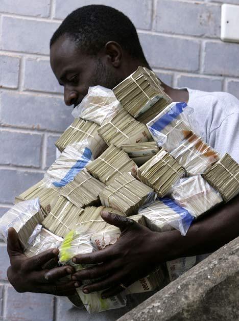 現金輸送車に銀行の現金を運ぶ様子でもなければ、宝くじに当選した賞金を持ち運ぶところでもない。ある青年のお買い物風景。