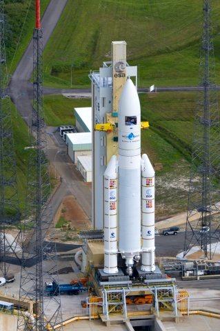 打ち上げを待つばかりのATV一号機「ジュール・ヴェルヌ」と打ち上げ用ロケット。