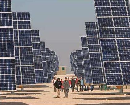 「太陽光発電技術とマーケティングで革新を続けるスペインの太陽電池メーカー」とのキャプションと共に掲載されている太陽電池群。
