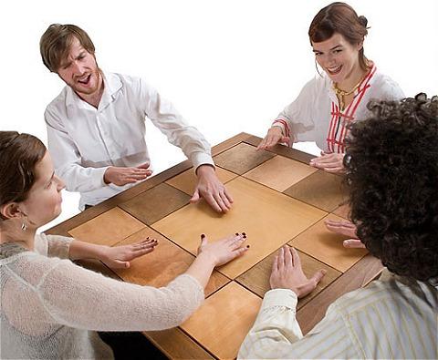 「ドラムテーブル」を楽しむ様子。何だか怪しげな集会のようにも見える(笑)