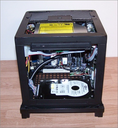 Illusion PC内部。基盤や配線、ハードディスクがぎっしりと詰まっている。
