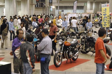 昨年の「東京ノスタルジックカーショー」「東京プレミアムモーターサイクルショー」のようす。ノスタルジックな空気が充満した会場でさまざまなプレミアカーやバイクが展示される。