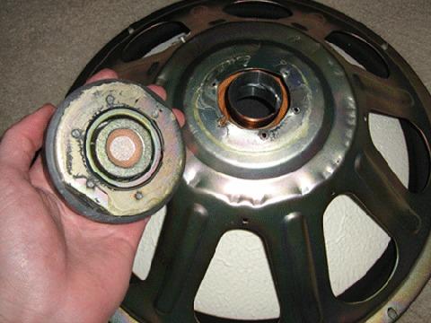 スピーカーの磁石部分を撤去