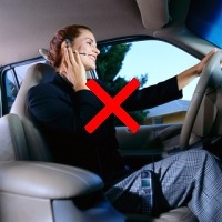 自動車運転中の携帯電話使用イメージ