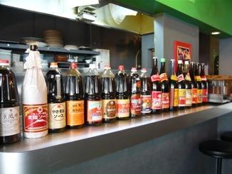 「焼きそばやん!」店内。ディスコの昼間業態としてオープンしている。ずらりと並ぶソースたちに圧巻