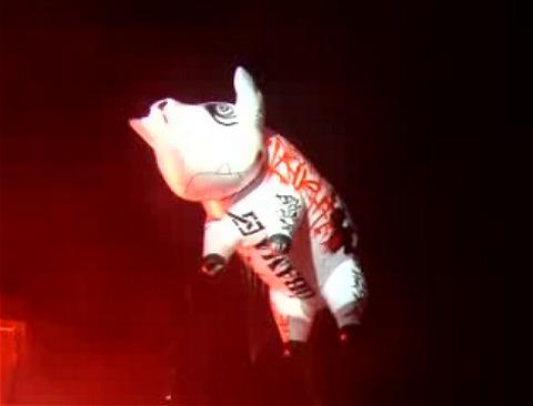 ロジャー・ウォーターズのコンサートに登場する「空飛ぶ豚」