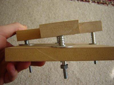 ボタン部分の構造。シャフトとスプリングを活用。