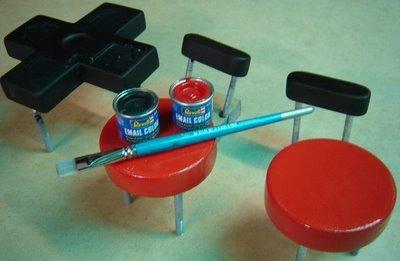 「本体」はマスキングした上でスプレー、ボタンなどは一つ一つ手で塗っていく。