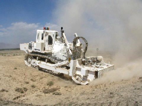 アフガニスタンでテスト中の対人地雷除去機