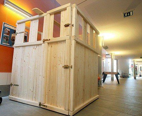 ある子どもを「保護」するために作られた木製の檻