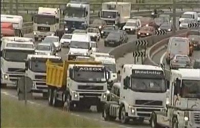 スペインで起きたトラックのストライキ(BBC NEWS元記事上に掲載されている動画から)。クラクションを鳴らしながらのろのろ運転をし、苦境を訴えている。