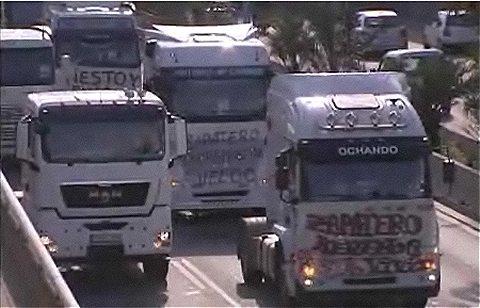 ストライキに参加しない業者のトラックに対し、ストライキ参加側の妨害も行われている。決して商品そのものに罪はないのだが。