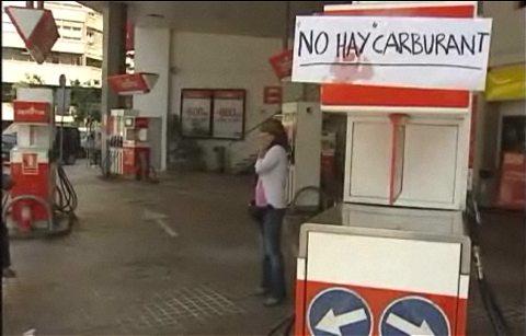 「品切れ」のプレートを掲げるガソリンスタンド。