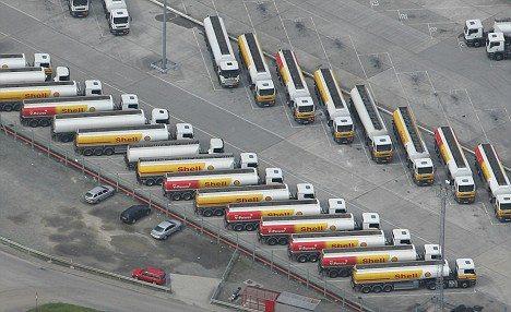 ストを起こしているシェルのタンカートラック(Mail Onlineより)。