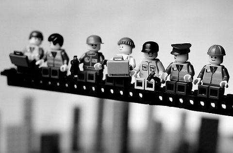 ロックフェラーセンターのGEビル建築中の情景をとらえた、当時のニューヨークの建築ラッシュぶりや、世情をかいまみれる、あまりにも有名な写真(1932年撮影)。下が元の写真だが、レゴの人形を巧みに使い、それぞれの人のポーズまで再現しているのが分かる。