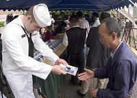 MANGA CVN73が横須賀基地で配布される様子(Navy Newsより)イメージ