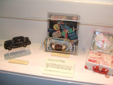 ケータイのデジカメも併用したので少々見難いところもあるが、展示物の一部。業務内容を説明するには十分なもの。小さなゲームショウのような感じ。