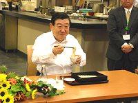 若林農林水産大臣が食堂内でそばを試食するようすイメージ