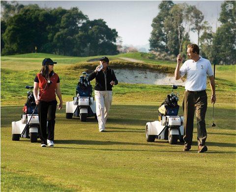 ゴルファーの後を自動的に追尾するメカ・キャディことElectric golf caddie battery trolley shadow caddy